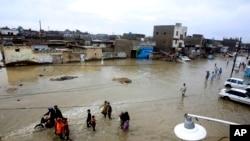 بارش کے بعد کراچی کی ایک سڑک مکمل طور پر پانی میں ڈوبی ہوئی ہے۔
