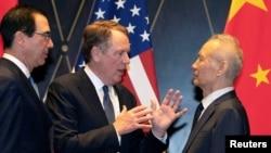 美國貿易代表萊特希澤(中)和財政部長姆努欽在上海與中國副總理劉鶴交談。( 2019年7月31日)