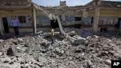 Škola u Tal Rifatu, na prilazima Alepu, uništena u bombardovanju sirijskih snaga