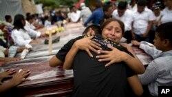 Jamaa waliopoteza ndugu zao katika tetemeko la ardhi la Portoviejo, Ecuador.