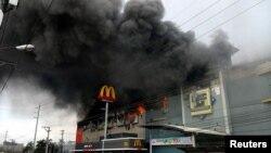 Centre commercial en feu à Davao City, aux Philippines, le 23 décembre 2017.