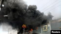 Umwotsi w'inyubakwa zo kudandarizamwo zatse umuriro mu gisagara ca Davao, muri Phillipines kw'ignekerezo rya 23 ry'ukwezi kwa 12