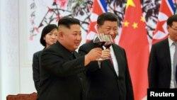 김정은 북한 국무위원장과 시진핑 국가주석이 지난19일 베이징 인민대회당에서 와인잔을 들어올리는 모습을 조선중앙통신이 공개했다.