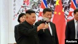 Kim Jong Un et Xi Jinping, Pékin, Chine, le 20 juin 2018.