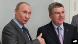 俄罗斯总统普京今年10月28日在即将举行冬季奥运会的黑海度假地索契会晤到访的国际奥委会主席