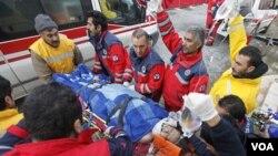 Tim penyelamat berhasil mengeluarkan Gozde Bahar dari reruntuhan gedung di Ercis, selatan Turki dan membawanya ke ambulans (26/10).