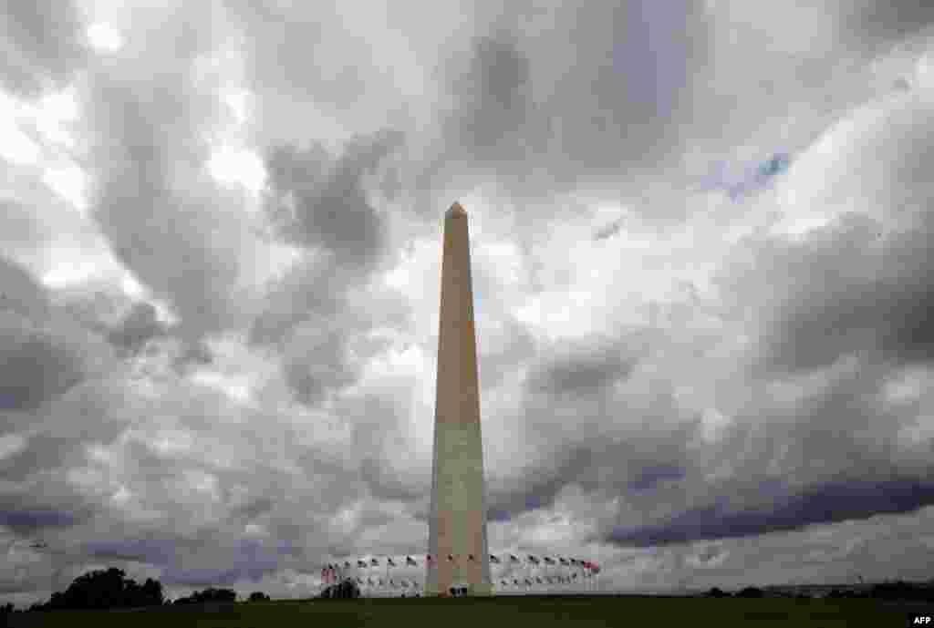 26 tháng 9: Đài tưởng niệm Tổng thống Washington vào lúc chuyên viên đánh giá thiệt hại sau trận động đất 23 tháng 8. (AP Photo/Jacquelyn Martin)