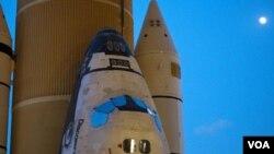 NASA menunda peluncuran pesawat ulang alik Discovery karena kebocoran hidrogen pada tangki luar pesawat.