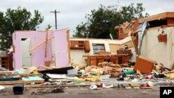 ລົມພະຍຸຫົວກຸດ Tornadoes ຫລາຍຫົວໄດ້ ຜັດທໍາລາຍເຮືອນຊານ ແລະລົດ ຢູ່ພາກໃຕ້ຂອງ ລັດ Texas.