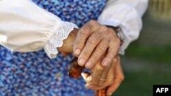 Perempuan tiga kali lebih mungkin terkena radang sendi dibandingkan laki-laki.