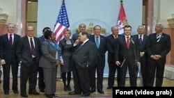Članovi američke delegacije u društvu ambasadora SAD u Beogradu Majkla Kirbija (prvi s leva)