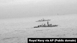 """Фрегат королівського флоту """"Св. Абанс"""" супроводжує бойовий корабель Росії в Північному морі. 25 грудня 2017 року"""