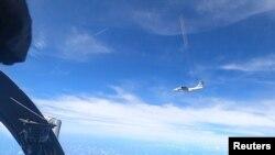 Một máy bay với cờ Trung Quốc ở đuôi được nhìn thấy từ một máy bay của Không quân Hoàng gia Malaysia, ngày 31 tháng 5, 2021. Ảnh do Không quân Hoàng gia Malaysia cung cấp ngày 2 tháng 6, 2021.