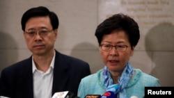 Pemimpin Hong Kong Carrie Lam (kanan) and Menteri Keamanan John Lee Ka-chiu di Hong Kong, 2 Juli 2019.