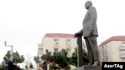 Prezident Ilham Əliyev atasının abidəsini ziyarət edir