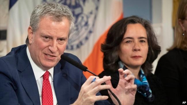 Thị trưởng Thành phố New York Bill de Blasio (trái) và bác sĩ Oxiris Barbot, Ủy viên Y tế Thành phố (ảnh chụp ngày 26/2/2020)