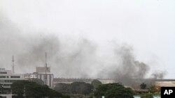ຄວັນພວມພຸ່ງຂຶ້ນ ຈາກເຂດໃຈກາງ ນະຄອນ Abidjan (2 ເມສາ 2011)