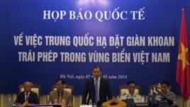 Cuộc họp báo về việc Trung Quốc đặt giàn khoan ở Biển Ðông bao gồm đại diện của Bộ ngoại giao, cảnh sát biển, tập đoàn dầu khí quốc gia Việt Nam.