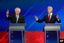 TNS Bernie Sanders, trái, và cựu Phó TT Joe Biden, phải, phát biểu tại cuộc tranh luận lần 3 tổ chức tại Texas Southern University ở Houston ngày 12/9/2019, . (AP Photo/David J. Phillip)