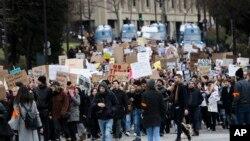 اعتراض به فرمان اجرایی ترامپ حتی در شهرهایی خارج از آمریکا مثل پاریس نیز برگزار شده است.