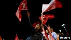 Abashigikiye umushikiranganji wa mbere w'igihugu ca Tukriya, Recep Tayyip Erdogan bariko bamwakirana urweze ku kubuga c'indege Ataturk, mu gisagara ca Istambul, kw'italiki indwi z'ukwezi kwa gatandatu umwaka w'2013.