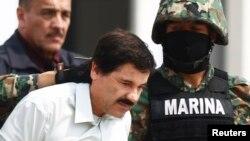 Joaquin 'Shorty' Guzman (tengah) digiring oleh tentara Meksiko setelah tiba di Meksiko City, 22 Februari.