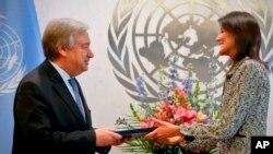 La ex gobernadora de Carolina del Sur Nikki Haley, presenta sus credenciales al Secretario General de las Naciones Unidas, Antonio Guterres, como nueva embajadora de los EE.UU.
