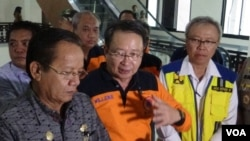 Kepala BNPB Willem Rampangilei didampingi Gubernur Sulawesi Tengah Longki Djanggola memberikan keterangan PERS mengenai penetapan masa Transisi Darurat Menuju Pemulihan pasca bencana alam di Sulawesi Tengah (Foto: VOA/Yoanes Litha)