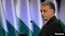 Le Premier ministre hongrois Viktor Orban arrive sur scène pour donner un discours à Budapest, Hongrie, le 28 février 2016.