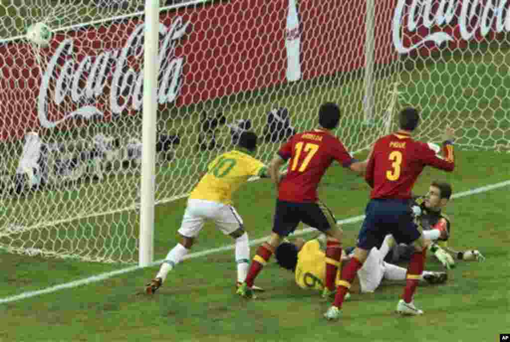 Brazil's Fred, bottom, scores the opening goal past Spain goalkeeper Iker Casillas, right, during the soccer Confederations Cup final between Brazil and Spain at the Maracana stadium in Rio de Janeiro, Brazil, Sunday, June 30, 2013. (AP Photo/Eugene Hoshi