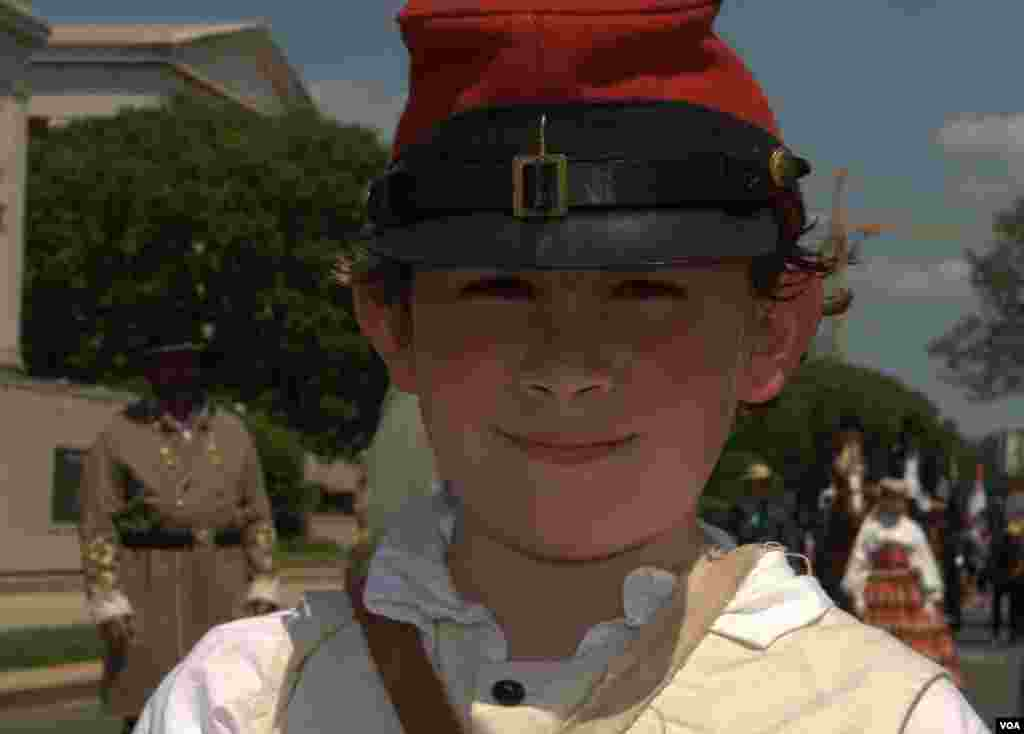 Мальчик в форме периода Гражданской войны