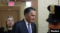 Senator Mitt Romney di Capitol menjelang pemungutan suara terkait sidang pemakzulan Presiden Trump, Washington, 5 Februari 2020.