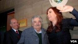 El intendente de Salto, Germán Coutinho, fue el anfitrión de los presidentes de Uruguay, José Mujica, y Argentina, Cristina Fernandez, para inaugurar un tren binacional de pasajeros.