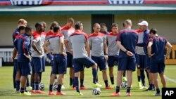 HLV Jurgen Klinsmann (phải) hướng dẫn đội tuyển bóng đá Mỹ tại một buổi tập chuẩn bị cho các giải đấu bóng đá World Cup ở Stanford, California, ngày 16/5/14.