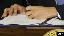 Президент США подписывает новый закон о системе здравоохранения, 23 марта 2010 г.