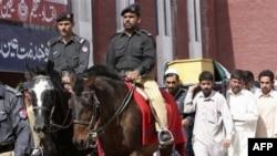 Ðám tang các cảnh sát viên Pakistan bị giết chết trong cuộc tấn công của phiến quân Taliban tại Peshawar, ngày 18/5/2011