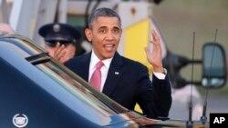 El presidente Obama gesticula al llegar al aeropuerto de Seattle-Tacoma, parte de su gira por la costa Oeste del país.