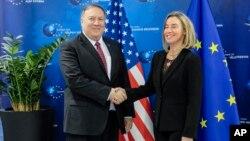 El secretario de Estado de EE.UU., Mike Pompeo y la jefa de política exterior de la Unión Europea, Federica Mogherini, se reunieron en Bruselas el viernes, 15 de febrero de 2019.