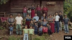 Granito de arena además de tratar el tema del genocidio en Guatemala, informa sobre el proceso creativo del documental.