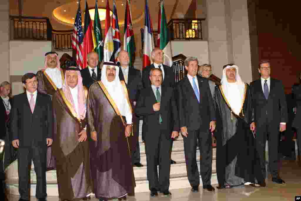 Group photo of leaders at the friends of Syria conference in Amman, Jordan, May 22, 2013.