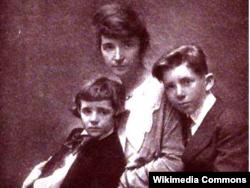 1919년 마거릿 생어가 아들 그랜트, 스튜어트와 함께 찍은 사진.