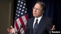 Phó chủ tịch điều hành NRA Wayne LaPierre phát biểu tại một cuộc họp báo ở Washington.