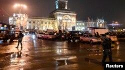 2013年12月29日伏尔加格勒: 内政部成员爆炸现场站岗