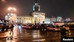 Nhân viên Bộ Nội vụ đứng canh trước nhà ga xe lửa ở Volgograd, nơi xảy ra vụ nổ bom, 29/12/13