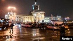 Tentara Rusia mengamankan lokasi ledakan bom bunuh diri di sebuag stasiun kereta kota Volgograd, Rusia, Minggu (29/12).