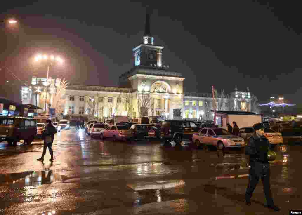 مقامات وزارت کشور روسیه در برابر ایستگاه راه آهن ولگاگراد.