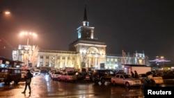 Des agents du ministère de l'Intérieur montent la garde devant la gare de Volgograd où a eu lieu l'attentat du 29 déc. 2013