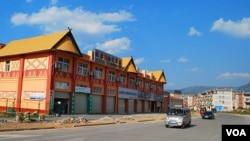 雲南滄源佤族自治縣與緬甸佤邦毗鄰,城內很多物業為佤邦高層所擁有。(2015年3月6日,美國之音朱諾拍攝)