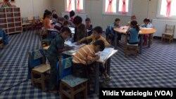 Şanlıurfa'da bir mülteci kampında eğitim gören Suriyeli çocuklar (Arşiv