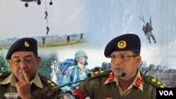 Brigjend Muhammad Masud Razzaq (kanan) menjelaskan mengenai percobaan kudeta yang dilakukan anggota militer negara itu (20/1).